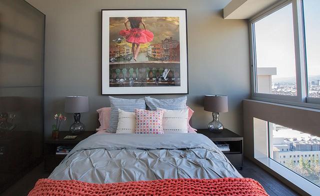 Phòng ngủ được tô điểm bằng tông màu pastel kết hợp với hồng.