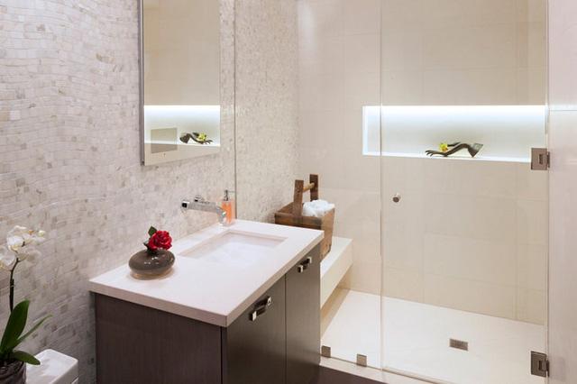 Còn phòng tắm mang đến cảm giác dịu nhẹ với sắc màu nhẹ nhàng.