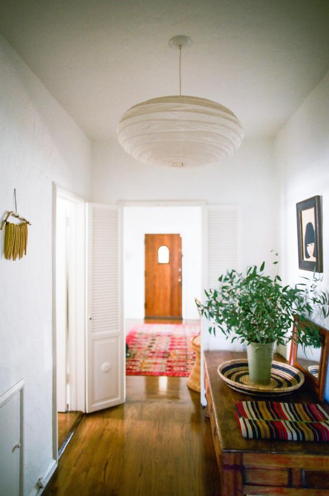 Ngôi nhà màu trắng được tô điểm bằng những màu sắc mang đậm phong cách Bohemian.