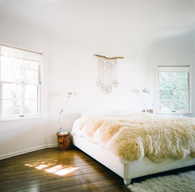 Phòng ngủ lát sàn gỗ với không gian dịu nhẹ, ngập tràn ánh nắng.
