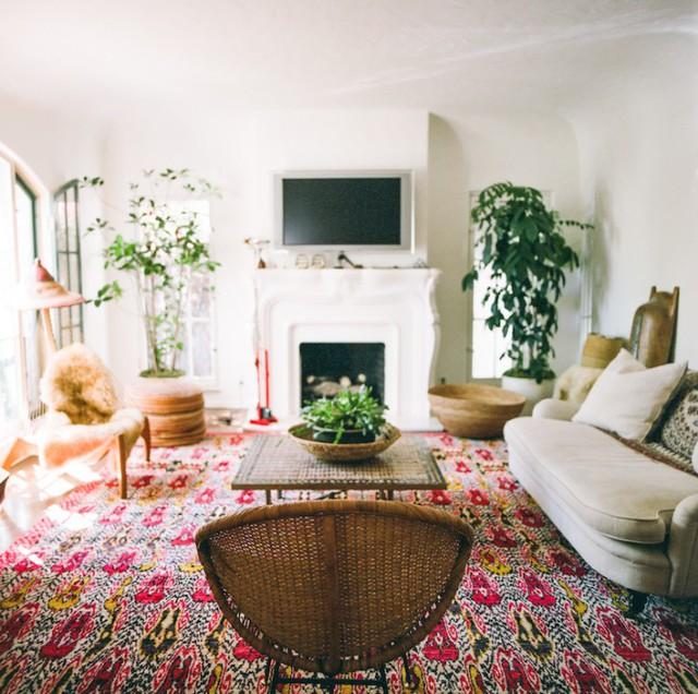 Phòng khách ấn tượng với thảm lớn mang họa tiết gam màu đỏ.