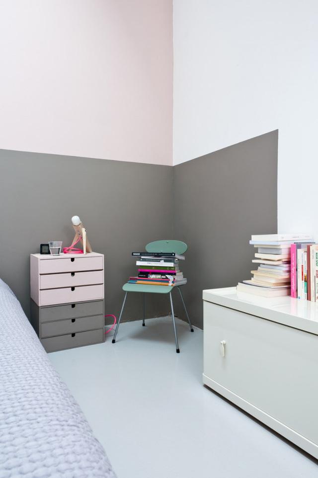 Phòng ngủ thì nhã nhặn với tông màu pastel.