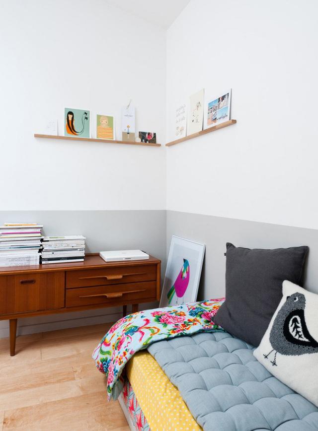 Một góc phòng được trang trí bằng màu sắc và hình ảnh đáng yêu.