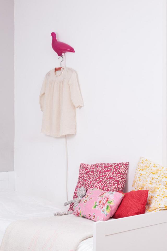 Một góc phòng xinh xắn với tông màu hồng - trắng.