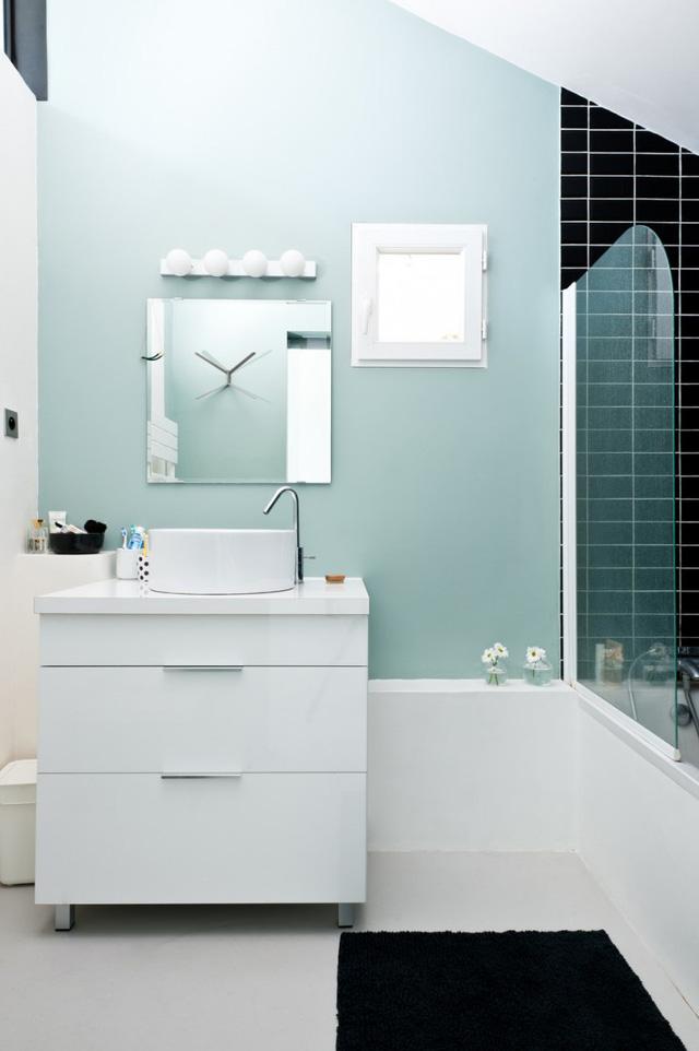 Trong khi đó, phòng tắm dễ chịu với tông màu xanh - ghi.