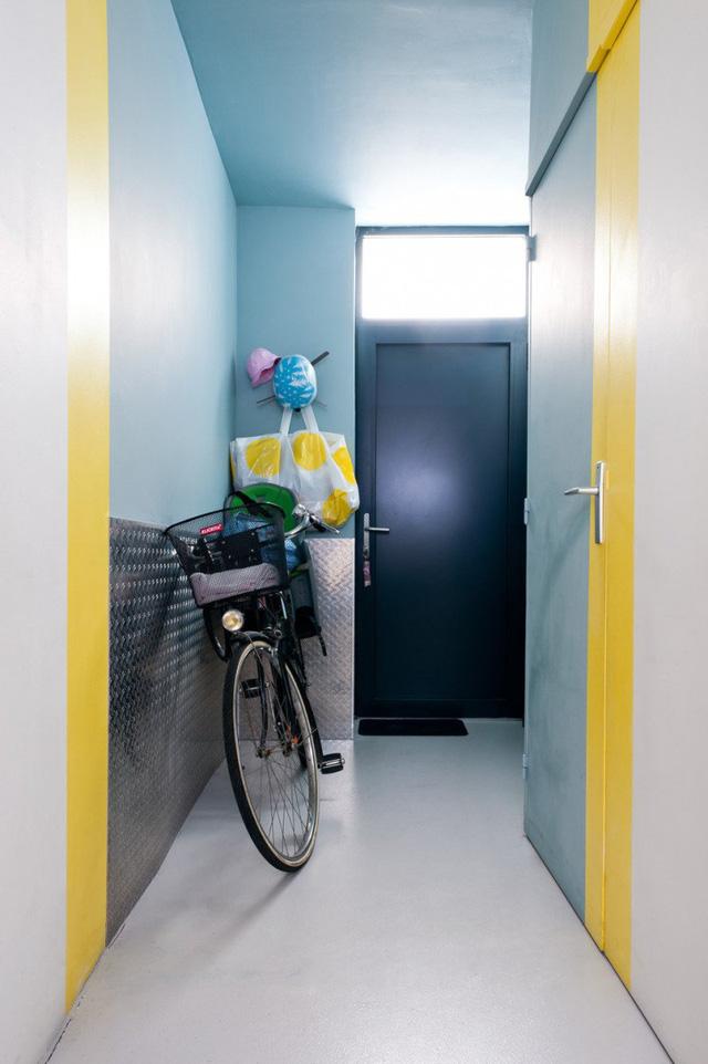 Hành lang trong nhà có màu vàng làm điểm nhấn nổi bật.