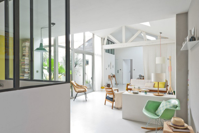 Ngôi nhà tông màu trắng chủ đạo, mang không gian mở.