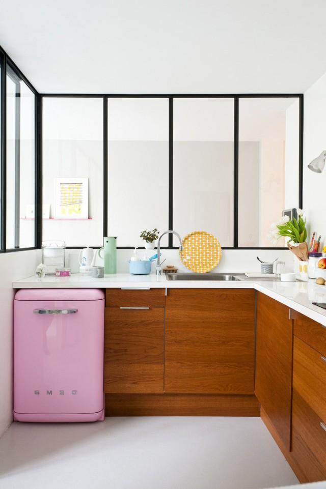 Căn bếp được xây dựng biệt lập, nhưng vẫn hài hòa với không gian ngôi nhà nhờ lớp cửa kính.