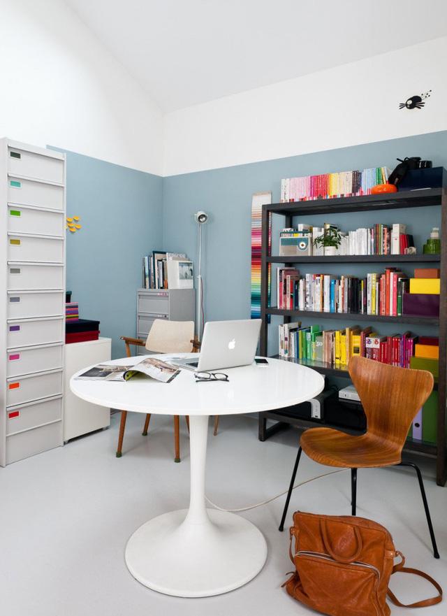 Phòng làm việc được tô điểm bằng nhiều chi tiết mang màu sắc rực rỡ.