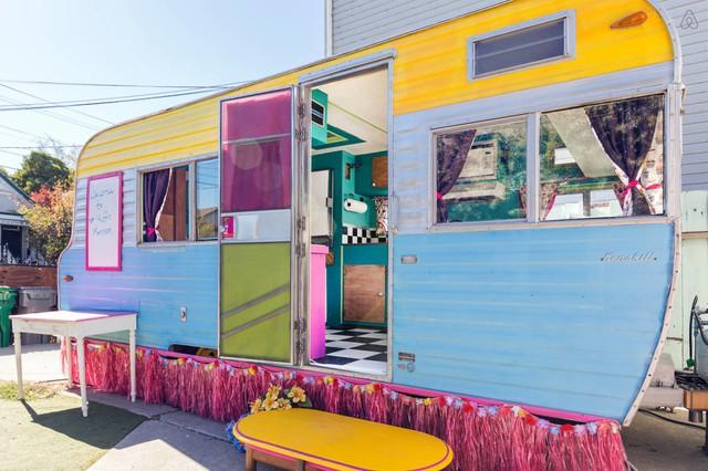 Thùng xe tải được biến hóa thành ngôi nhà nhỏ nhiều màu sắc.