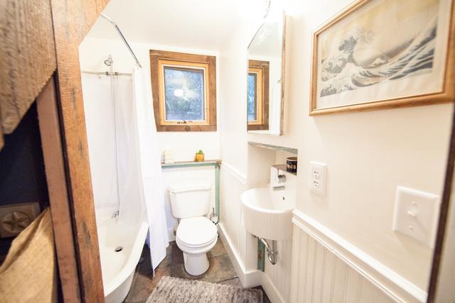 Nhà vệ sinh tuy nhỏ hẹp nhưng vẫn được chủ nhân treo tranh và bố trí gọn ghẽ.