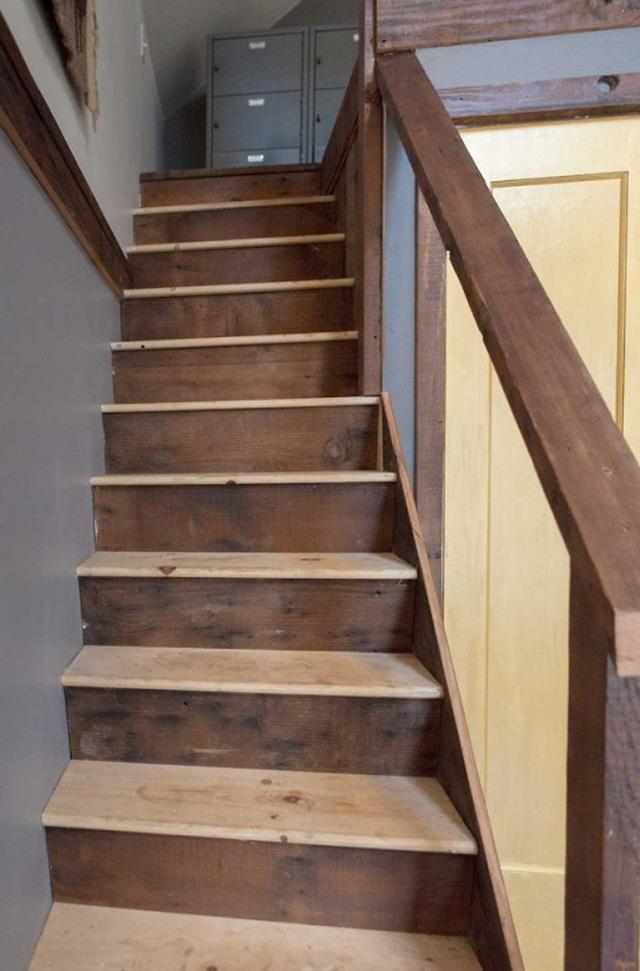 Cầu thang bằng gỗ dẫn lên tầng áp mái.