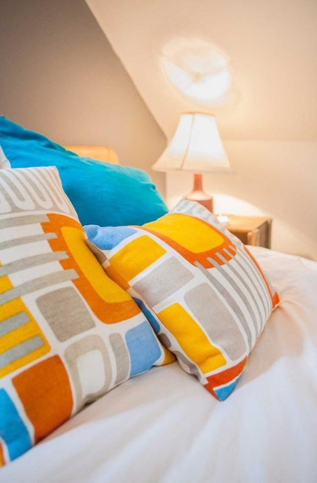 Gối ngủ mang màu sắc sặc sỡ.