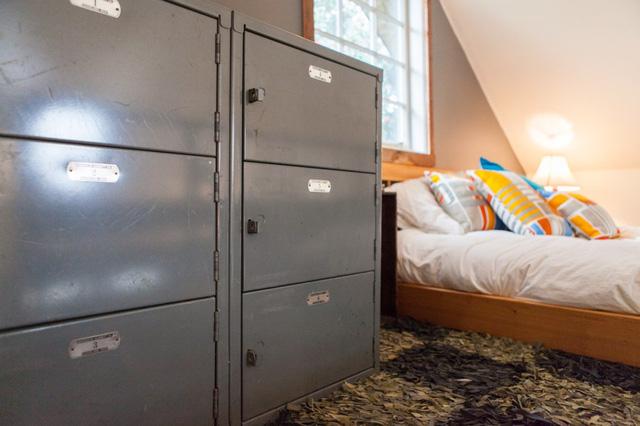 Chiếc tủ sắt được tái sử dụng làm tủ quần áo.