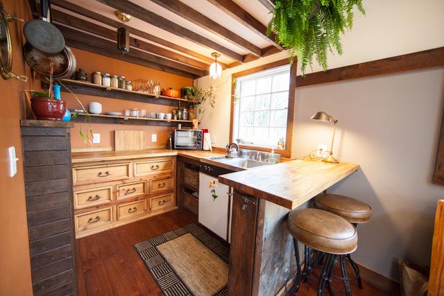Góc bếp ngăn nắp với bàn ăn được thiết kế như quán bar.