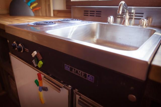 Bồn rửa được tô điểm thêm độc đáo bằng những mảnh ghép Lego.