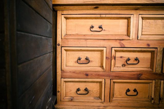 Tủ gỗ đựng đồ mang dáng dấp cổ điển.