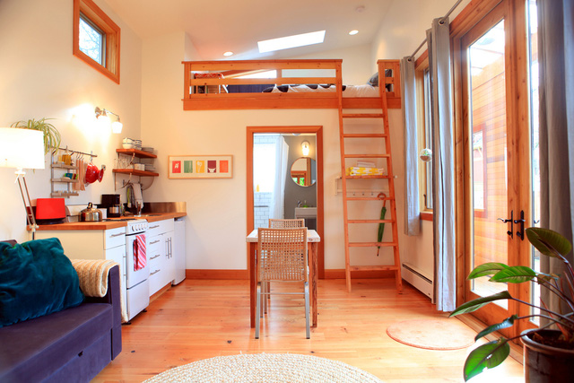 Ngôi nhà có diện tích nhỏ hẹp nhưng được lát sàn gỗ và sử dụng nhiều đồ bằng gỗ để thành một nơi ở ấm cúng.
