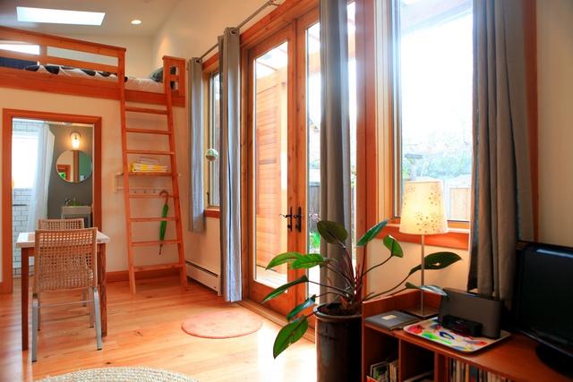 Đồ đạc được sắp xếp hợp lý, gọn gàng nên vẫn có chỗ bày đặt cây xanh trong nhà.