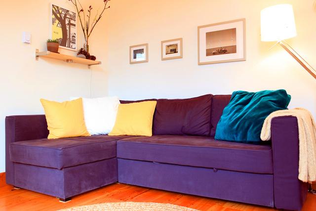 Bộ ghế salon màu tím nổi bật giữa nhà.