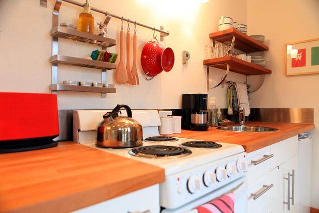 Bếp sạch sẽ với chén, bát, dụng cụ làm bếp được xếp ngăn nắp.