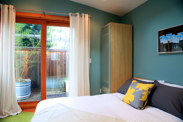 Phòng ngủ nhỏ gọn, nhìn ra được khoảnh sân tí hon bên ngoài.