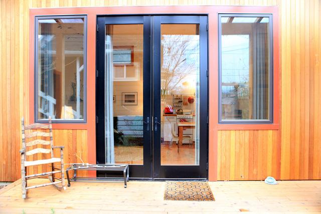 Ngoài cửa căn nhà có sảnh nhỏ để ngồi ngắm cảnh, thư giãn.
