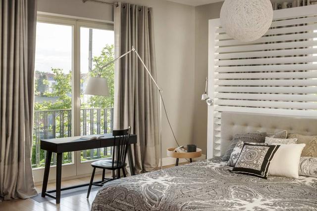 Cửa sổ lớn giúp phòng tràn ngập ánh sáng tự nhiên.