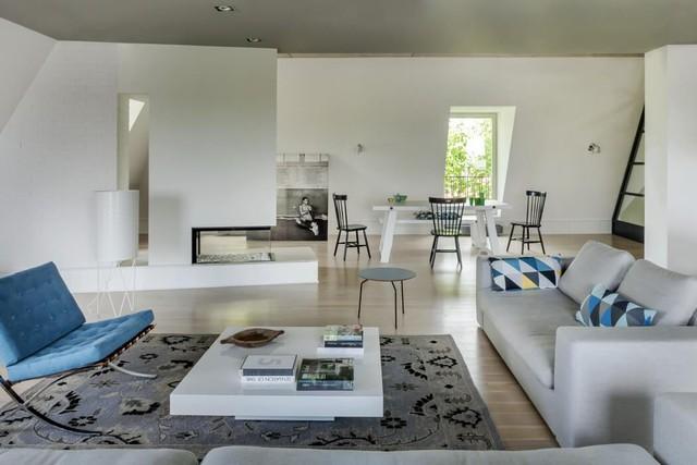 Phòng nghỉ ngơi ở tầng áp mái có thêm màu xanh làm nổi bật không gian.