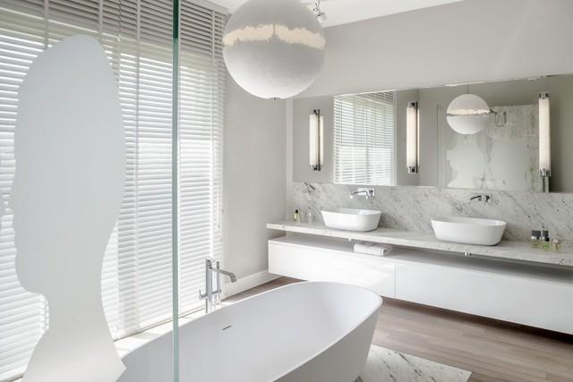 Phòng tắm có không gian màu trắng.
