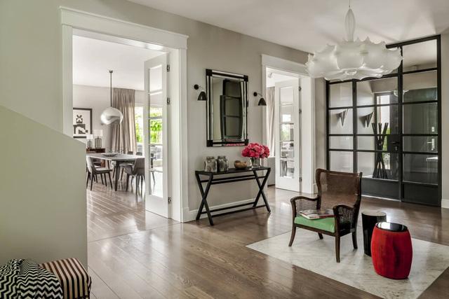 Phòng đọc sách có màu đệm ghế và màu bàn uống trà làm điểm nhấn.
