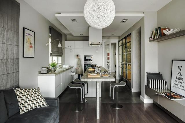 Bếp và phòng ăn rộng rãi với tông màu đen - trắng.