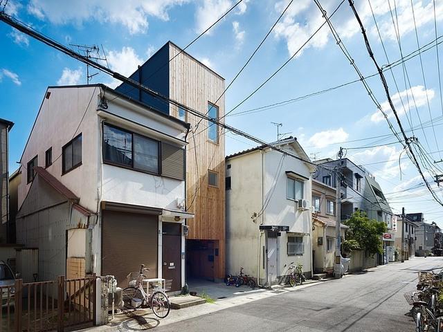 Ngôi nhà ống bằng gỗ có diện tích khiêm tốn 37m2, nằm ở một khu dân cư tại Nhật Bản.