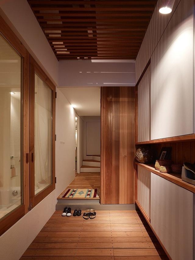 Chủ nhân sử dụng nội thất toàn đồ gỗ để làm ngôi nhà trở nên ấm cúng.