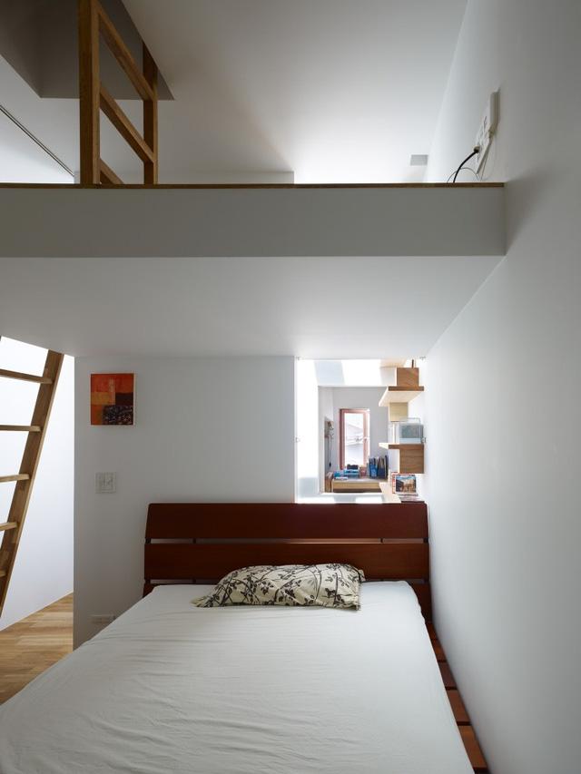 Phòng ngủ đơn giản với chiếc giường lớn để nghỉ ngơi.