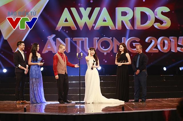 Trong khi đó, giải thưởng Nữ diễn viên ấn tượng trong VTV Awards 2015 đã được trao cho diễn viên Nhã Phương - nữ chính của bộ phim Tuổi thanh xuân.