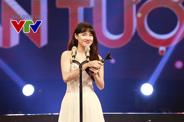Nhã Phương tỏ ra rất hạnh phúc vì giải thưởng cá nhân cô vừa nhận được.