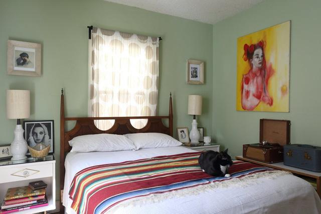 Một bức tranh khác màu vàng trở thành điểm nhấn cho bức tường phòng ngủ.