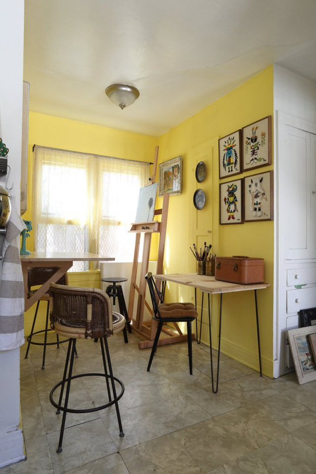 Ngôi nhà mang không gian mở, vì thế để làm nổi bật thêm nơi ở, chủ nhân đã tạo thêm một mảng tường vàng với cửa sổ đón nắng.