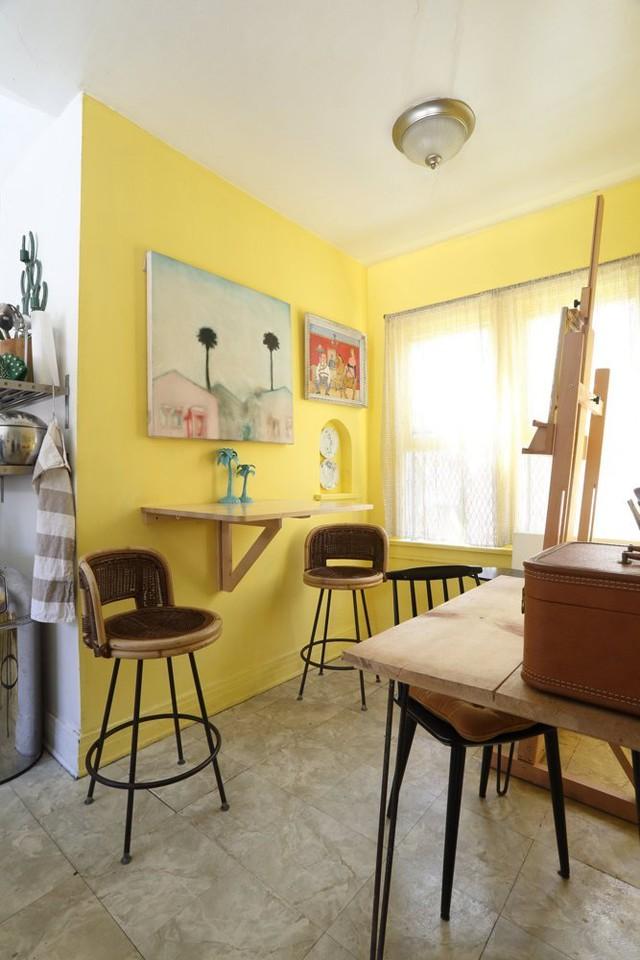 Đây là nơi để chủ nhân nghỉ ngơi, thư giãn nên được thiết kế mang phong cách mùa hè. Anh chia sẻ, mảng tường vàng giúp anh hình dung ra màu nắng.
