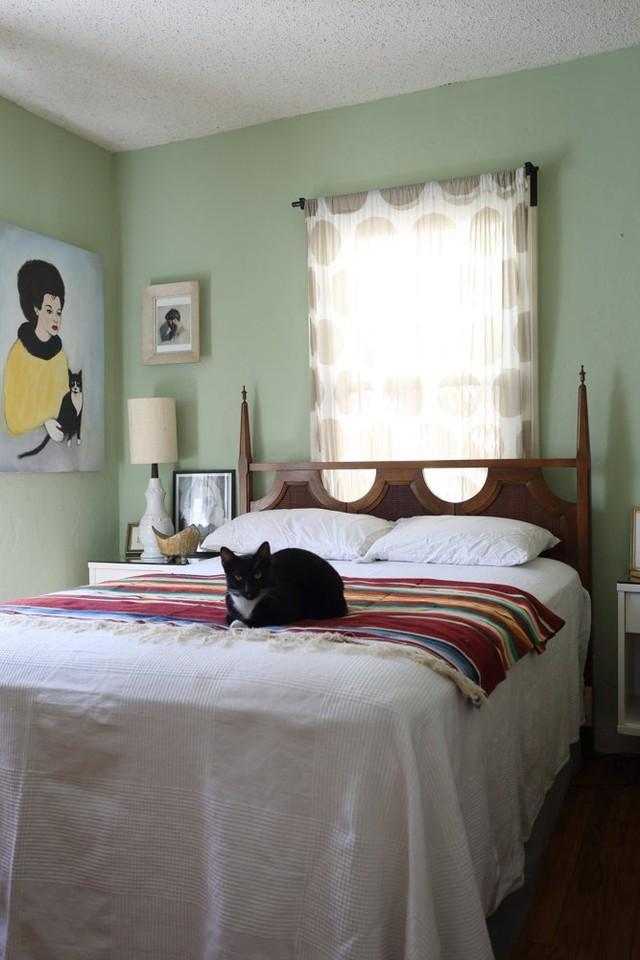 Phòng ngủ cũng được tạo điểm nhấn với một số vật dụng màu mè.
