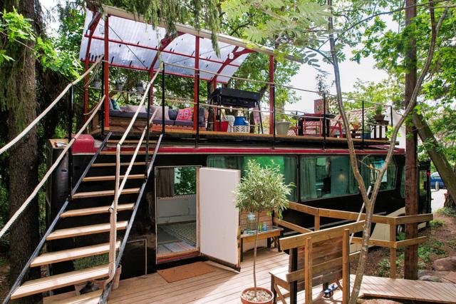 Ngôi nhà được làm mới từ một chiếc xe buýt cũ kỹ.