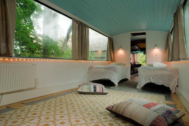 Tấm thảm lớn được trải trong phòng, giúp người ở thoải mái ngồi.