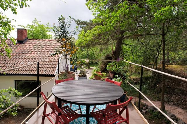 Trên sân thượng này, có những chậu cây xanh và bộ bàn ghế để thư giãn.