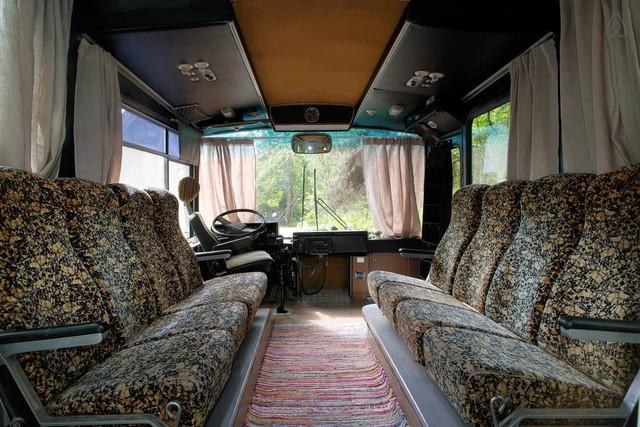 Những chiếc ghế ngồi trong xe được lột xác và biến thành bộ ghế salon tiếp khách.