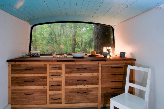 Chủ nhân đã lắp đặt một chiếc tủ gỗ lớn có bề ngang bằng chiều rộng của chiếc xe buýt.