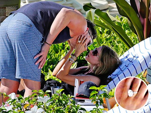 """Chỉ sau 6 tháng hẹn hò, nữ diễn viên Sofia Vergara đã đính hôn với người tình Joe Manganiello. Chiếc nhẫn đính hôn bằng kim cương đã lộ diện trên tay cô trong một kỳ nghỉ của cặp đôi tại Hawaii. Sau đó, Vergara đã gây ra tranh cãi với lời chia sẻ: """"Nếu một người sẵn sàng trao nhẫn kim cương cho bạn thì đó là người đàn ông tốt nhất dành cho bạn""""."""
