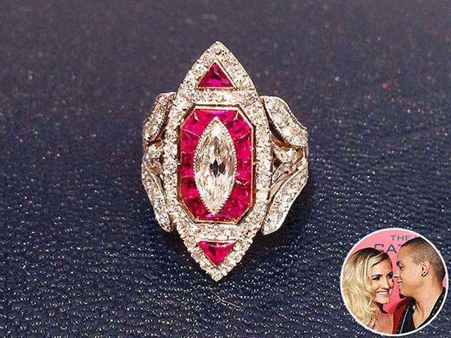 """Nhẫn đính hôn bằng ruby và kim cương của nữ ca sĩ Ashlee Simpson là một thiết kế tinh xảo của Neil Lane. """"Theo gót"""" sau cô chị Jessica để làm đám cưới trong năm 2014, Ashlee tỏ ra vô cùng hài lòng về cuộc hôn nhân. Cô chia sẻ, chồng cô – Evan – muốn lựa chọn chiếc nhẫn hoàn hảo nhất để thể hiện tình yêu của mình. Chiếc nhẫn thể hiện ngay độ cầu kỳ của cặp đôi."""