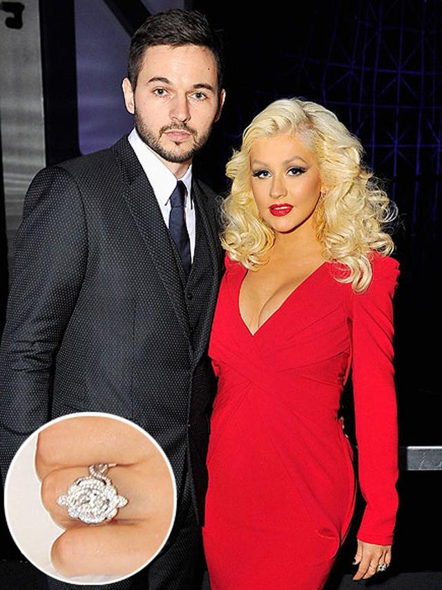 """Dịp Lễ tình nhân năm ngoái, nữ ca sĩ Christina Aguilera đã đính hôn với bạn trai lâu năm Matt Rutler. Cô đã có dịp tận hưởng khoảng thời gian tuyệt vời với Matt tại Hawaii trước khi chính thức tuyên bố mình mang thai đứa con thứ 2. Chiếc nhẫn đính hôn hình bông hoa của Christina được thiết kế theo phong cách cổ điển. Cô cho biết: """"Vị trí của mỗi viên đá trên chiếc nhẫn đều có ý nghĩa riêng của chúng"""". Cặp đôi cũng dự định sẽ sớm làm hôn lễ trong tương lai."""