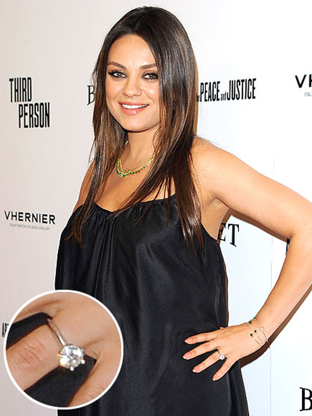 """Nữ diễn viên Mila Kunis mang chiếc nhẫn có thiết kế khá đơn giản nhưng nhẹ nhàng. Cô và Ashton Kutcher đã bí mật tổ chức lễ đính hôn trong năm 2014. Cả hai cũng cố gắng giữ kín thông tin, hình ảnh về con gái Wyatt mới sinh. Một người bạn của Mila cho biết: """"Cô ấy không thích đeo nhẫn đính hôn phô trương như của Kim Kardishian""""."""